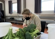 Gemüse schneiden für die vegetarischen Maultaschen